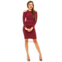 Короткое облегающее платье с открытыми плечами
