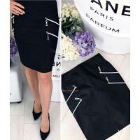 Короткая женская юбка темного цвета