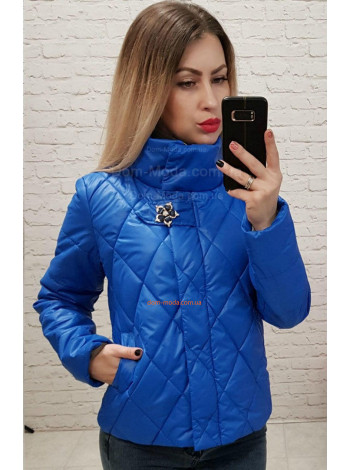 Короткая женская куртка с украшением в комплекте