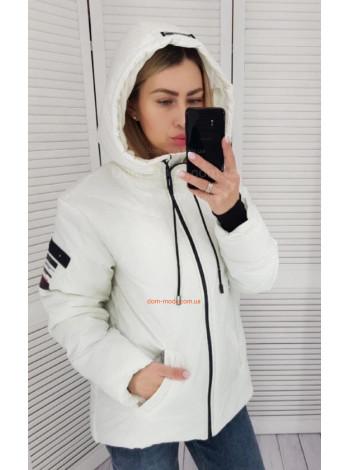 Коротка жіноча куртка з капюшоном