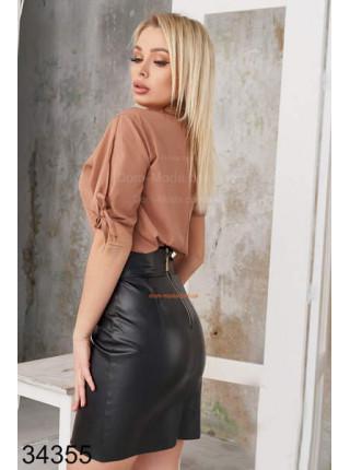 Короткая асимметричная кожаная юбка с высокой талией
