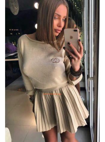 Модный женский костюм с юбкой