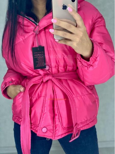 Коротка об'ємна куртка жіноча з поясом