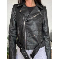 Женская короткая кожаная куртка косуха с ремнем