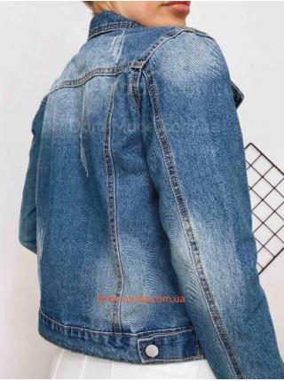 Синяя джинсовая куртка с брелком