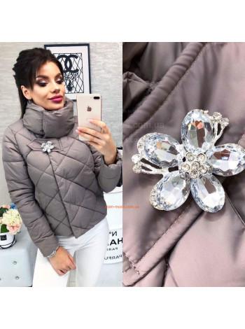 Коротка куртка жіноча з брошкою