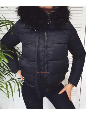 Коротка жіноча куртка з капюшоном та хутром