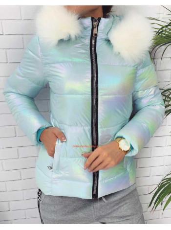 Женская короткая куртка с меховой опушкой на капюшоне