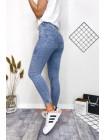 Стильные молодежные джинсы из светлого денима