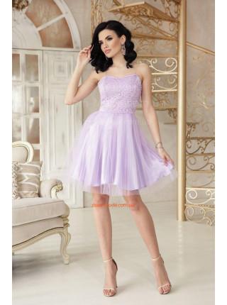 Короткое вечернее платье без бретелек с пышной юбкой
