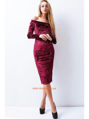 Стильное велюровое платье с открытыми плечами