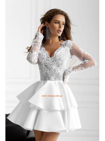 Короткое нарядное женское платье с длинным рукавом и пышной юбкой