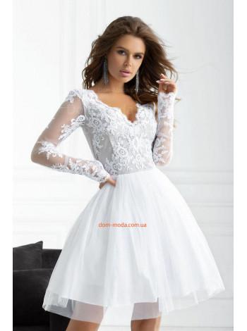 Женское нарядное платье с кружевом и глубоким декольте