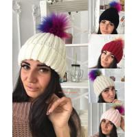 Модная шапка с цветным помпоном