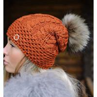 Модна в'язана шапка жіноча з помпоном