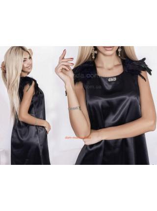 Черное атласное платье с перьями