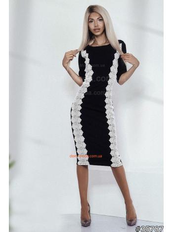 Трикотажное черное платье с белым кружевом длины миди