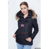 Модна коротка куртка з високим коміром і емблемою