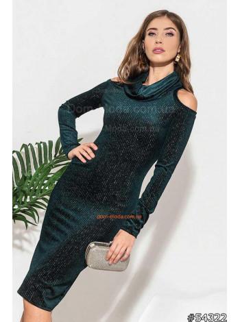 Стильное платье с открытыми плечами и воротником хомутом