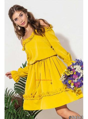 Женское короткое платье с оборками и открытыми плечами