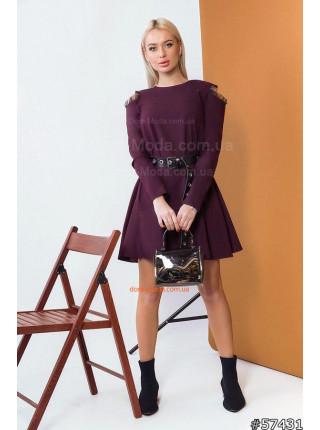 Коротке жіноче плаття з розрізами на плечах