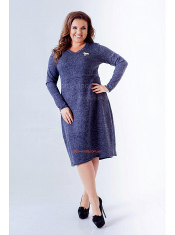 Стильное платье большого размера с брошью