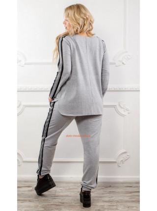 Модный костюм в спортивном стиле для полных женщин