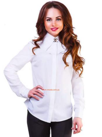 Біла жіноча рубашка з брошкою