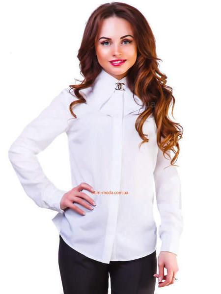 Белая женская рубашка с брошкой