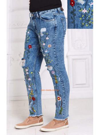 Стильные светлые джинсы с яркой вышивкой большого размера