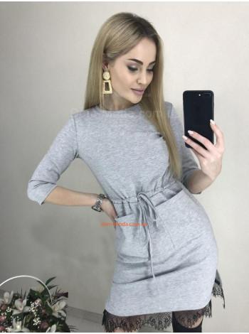 Трикотажное платье с карманами и кружевом
