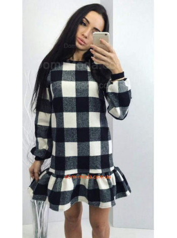 Короткое теплое платье в крупную клетку и с рюшами