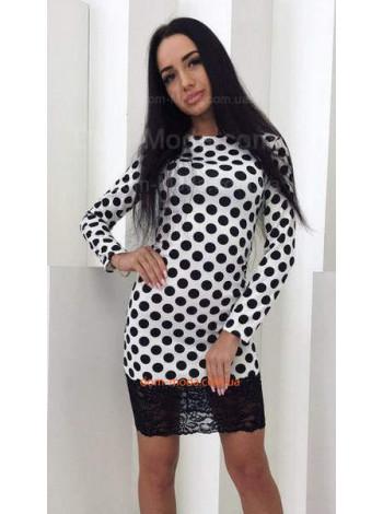 Короткое белое женское платье в черный горошек