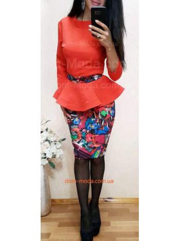 Модный женский костюм с юбкой и поясом