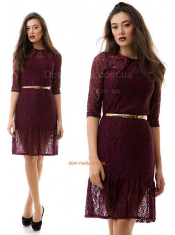 Короткое гипюровое платье с поясом золотистого цвета