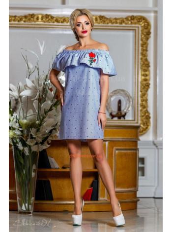 Короткое женское платье с открытыми плечами и вышивкой на лето