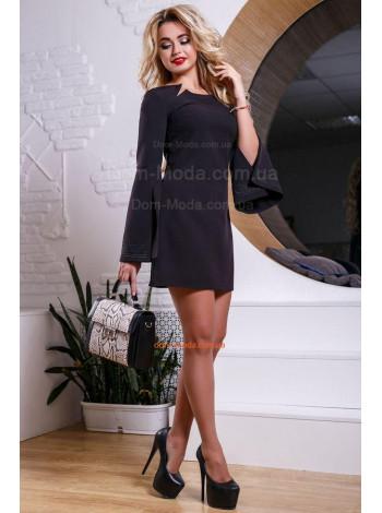 Стильное платье мини с широкими рукавами и разрезами