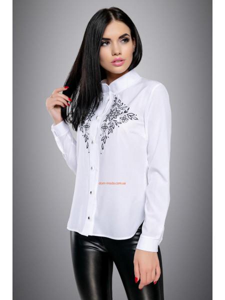Біла блуза із чорною вишивкою на грудях