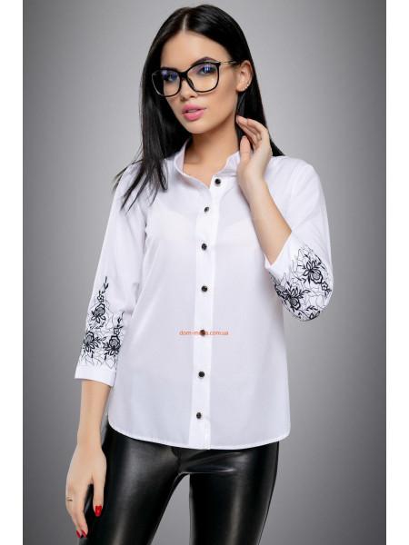 Женская блуза с черными пуговицами и вышивкой