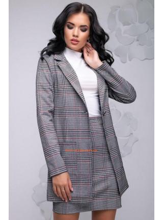 Женский костюм с короткой юбкой и удлиненным пиджаком в клетку