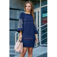 Короткое модное платье с вышивкой на рукаве